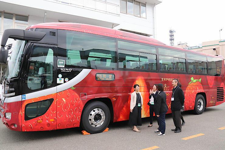 「恋姫」をPRするラッピングバス