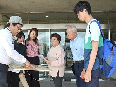 旅行者の散策に一役 敬和学園大生 城下町新発田を案内