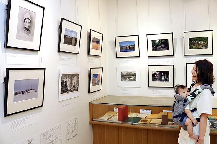 金坂さんが撮影した各地の写真とバードの紀行文を展示した会場