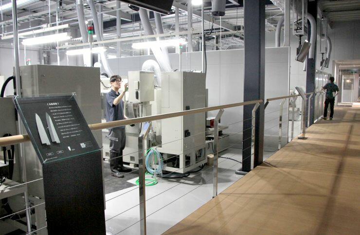 包丁の製造工程を学べる藤次郎のオープンファクトリーの新工場=燕市