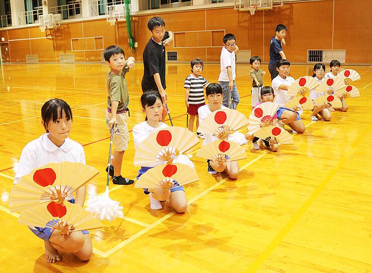 踊りの披露に向け、練習に励む児童ら