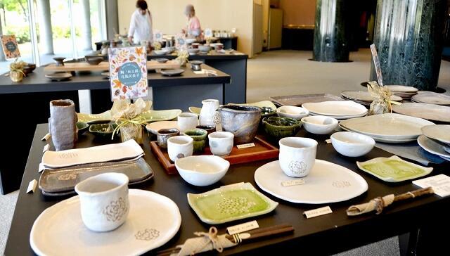 食卓を彩る器が並ぶ「美味しい器展」=越前町小曽原の越前陶芸村文化交流会館