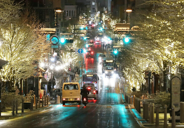 街路樹が電飾で彩られた長野市の中央通り=昨年12月