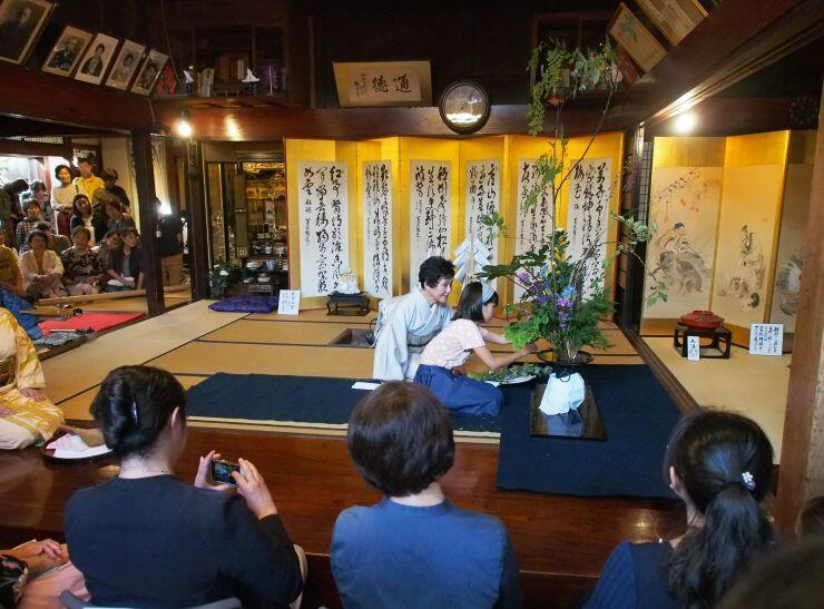 石草流家元の奥平清鳳さんが生け花を披露した「町屋の大華展」のプレイベント=2日、村上市