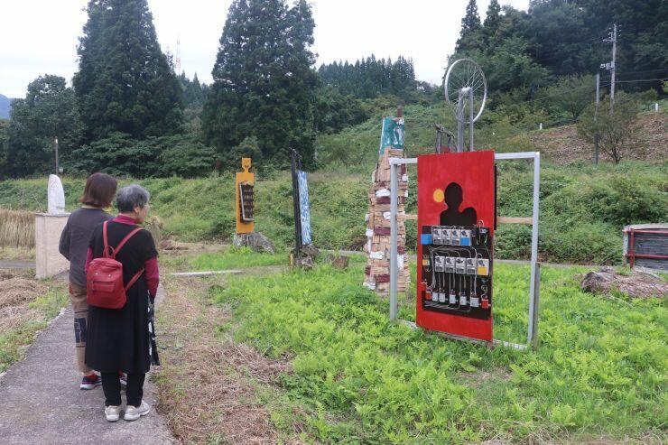 廃材などを生かした作品が田んぼをにぎやかに彩る里山アート展=阿賀町