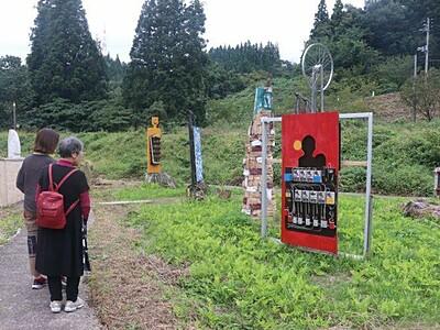 農機具、廃材でアート 里山にぎやかに彩る 新潟・阿賀