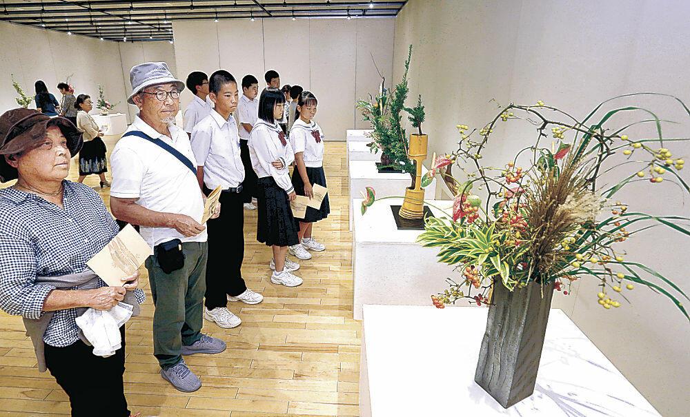 8流派の華道家の競演を楽しむ来場者=北國新聞交流ホール