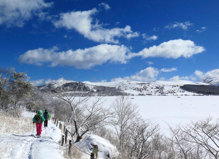 雪に覆われた八島ケ原湿原=2017年2月(ヒュッテみさやま提供)