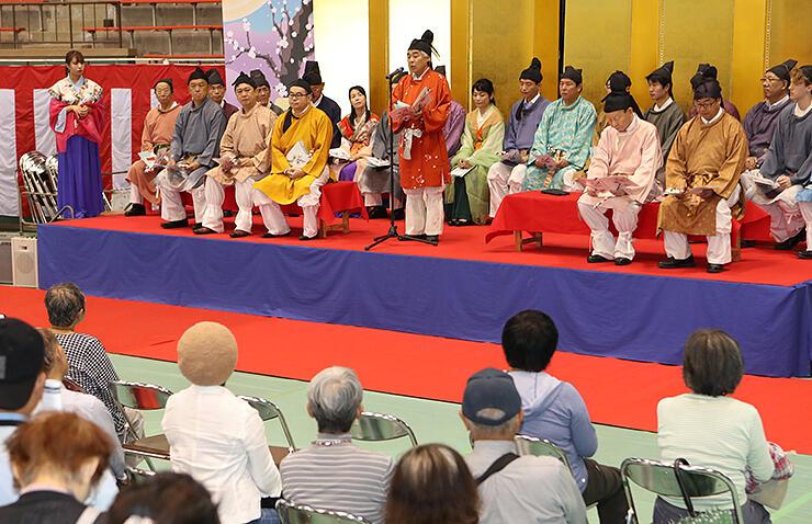 高岡版「梅花の宴」で万葉歌を朗唱する高橋市長(中央)=高岡市民体育館