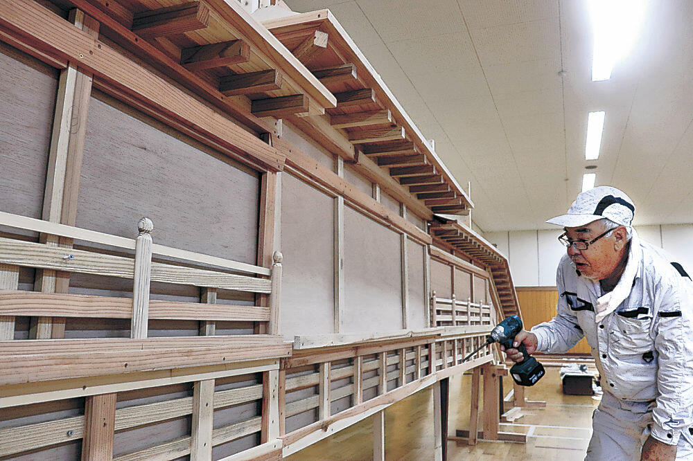 でか山飾りの制作を進める安井さん=七尾市の旧御祓中