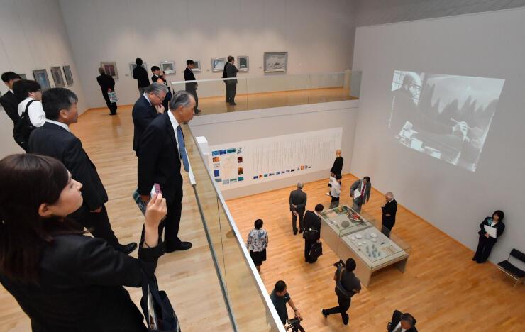 リニューアルされた館内の展示を見て回る来館者ら=4日、長野市の東山魁夷館