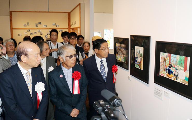 館内を回って展示資料を説明する藤子不二雄(A)さん(前列左から2人目)=高志の国文学館