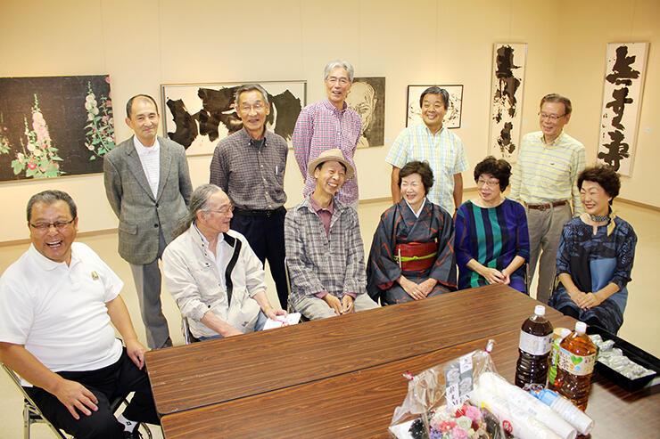 津田さん(前列左から2人目)と布目さん(同3人目)を囲み「縁展」の開催を喜ぶ同級生