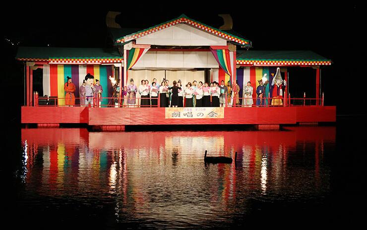 特設水上ステージで万葉集最後の1首を朗唱する参加者