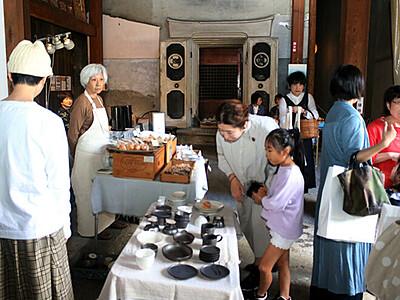 手作り小物や絵じっくり品定め 滑川の旧宮崎酒蔵マーケット