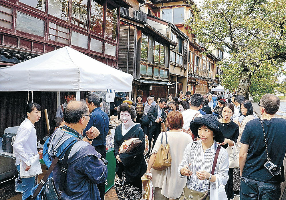 旧町名復活20周年祭などで飲食ブースが出展し、地元住民や観光客でにぎわう浅野川沿い=主計町