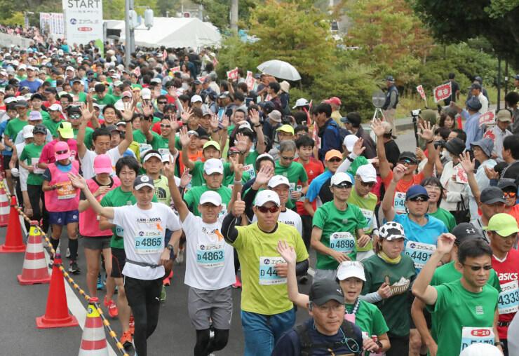 松本市総合体育館前を一斉にスタートするランナーたち=6日午前8時36分、松本市美須々