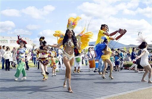 たけふ菊人形を盛り上げたサンバパレード=10月6日、福井県越前市武生中央公園