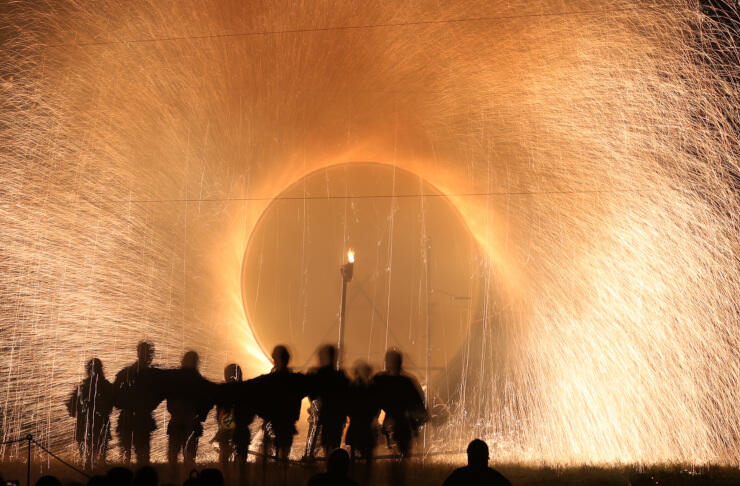 激しく火の粉を噴き上げて上清内路諏訪神社に奉納される「手作り花火」=6日午後8時9分、阿智村清内路