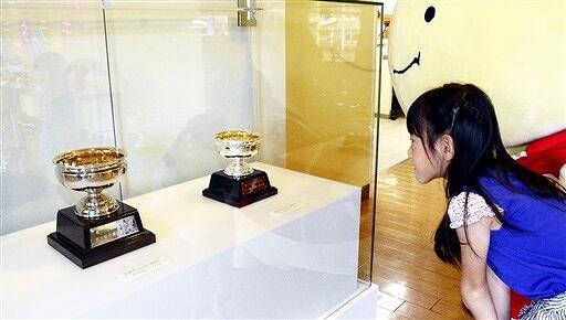 はぴりゅうと天皇杯と皇后杯のレプリカを見る来場者=6日、福井市の県立こども歴史文化館