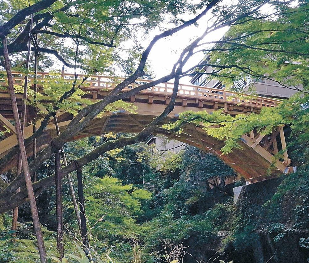 真新しく架け替えられたこおろぎ橋=加賀市山中温泉