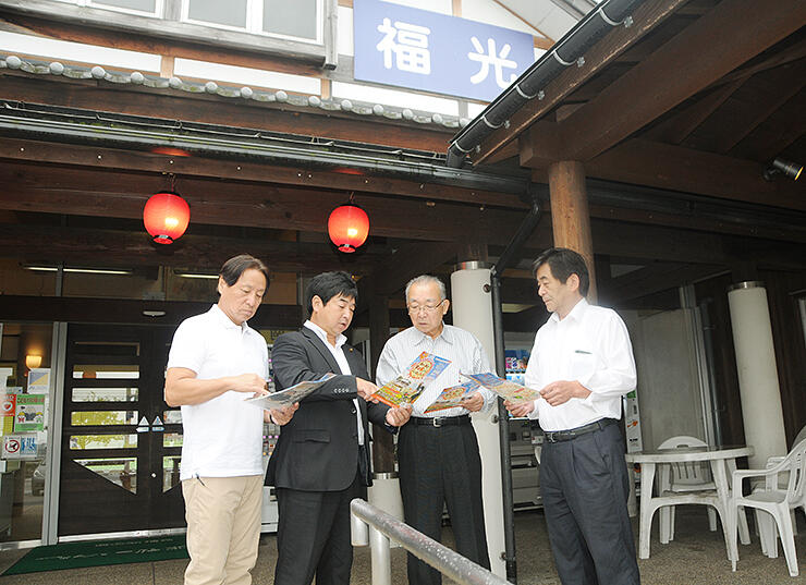 道の駅福光でエイドステーションの設置準備を進める山田実行委員長(左から2人目)ら大会関係者