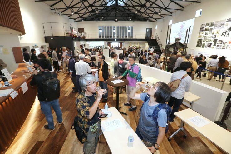 初日から多くの日本酒ファンが訪れた観光施設「醸蔵」=5日、長岡市摂田屋4の吉乃川