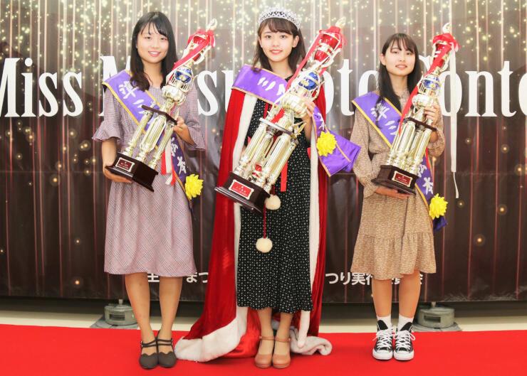 ミス松本に選ばれた関さん(中央)と準ミスの菊原さん(右)、柿沢さん