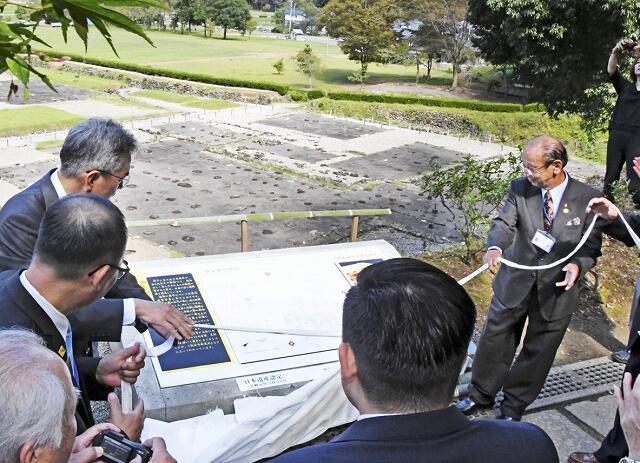 修繕された義景館跡上段にある案内看板=10月7日、福井県福井市の一乗谷朝倉氏遺跡