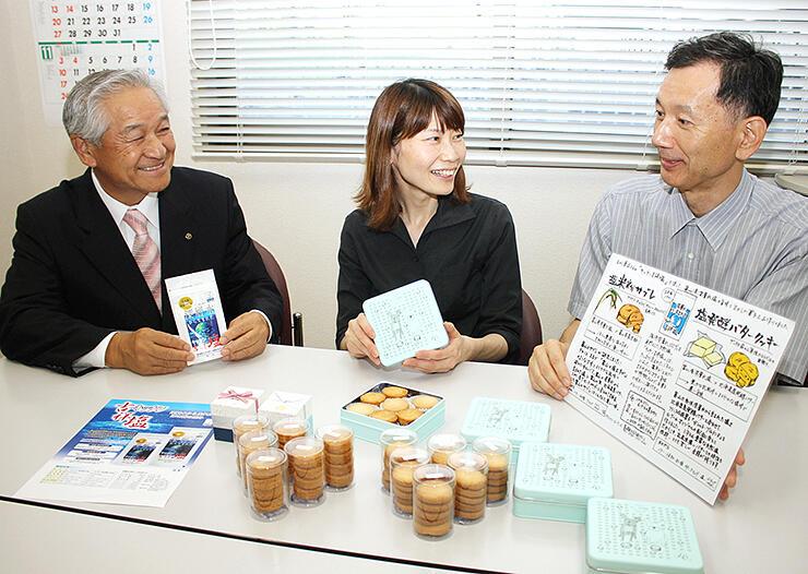 完成した焼き菓子を前に深層水の魅力について語り合う(右から)五十嵐教授、藤瀬代表、藤井社長