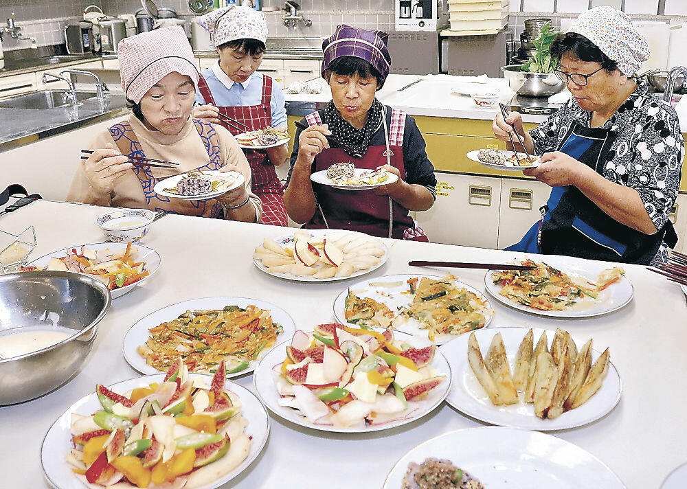 カラー野菜を使った料理を試食する女性グループの4人=中能登町ラピア鹿島