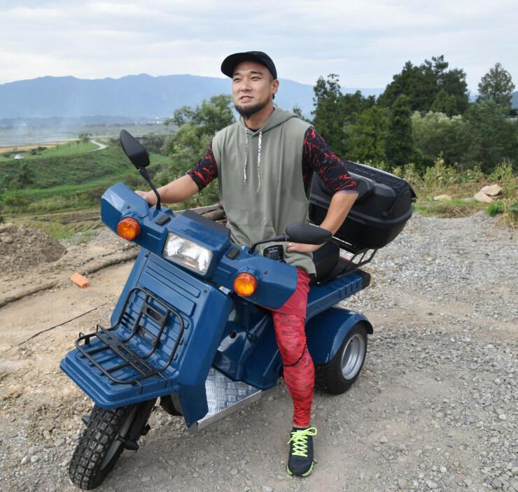 三輪バギーに乗る巻田さん。「素晴らしい田園風景をぜひ走ってほしい」