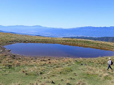 秋晴れ映し出す「天空の池」 大鹿の林道復旧