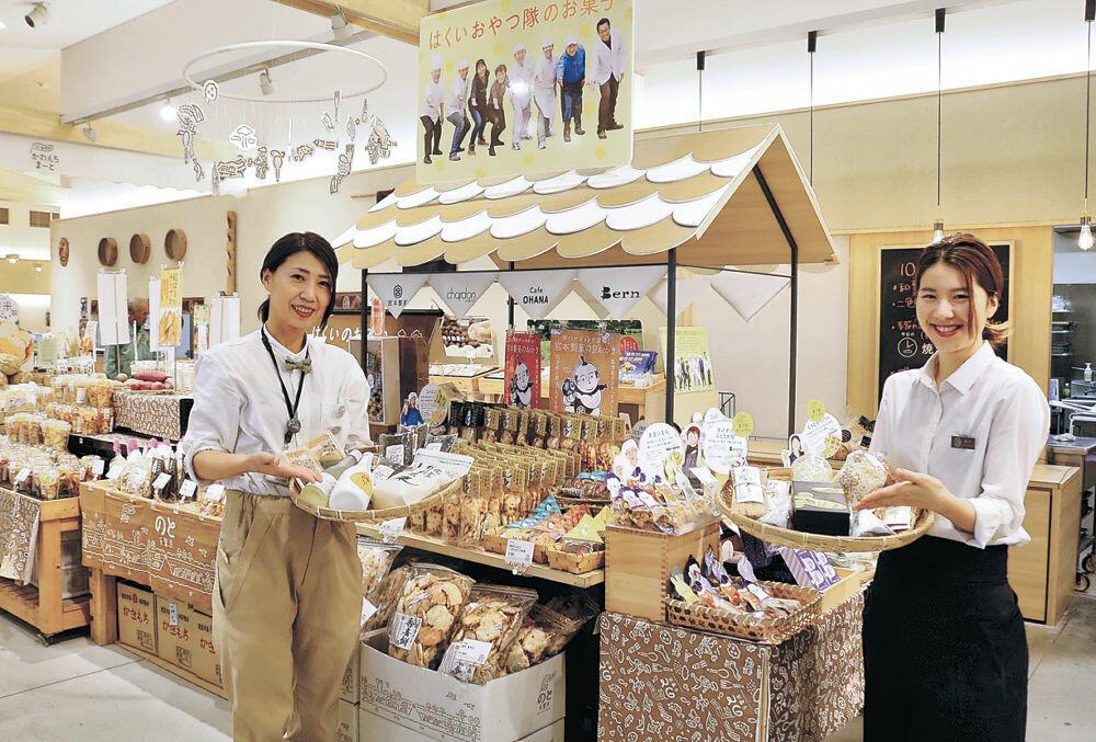 香林坊大和での物産展に並ぶ羽咋市の地場産品=羽咋市の道の駅のと千里浜