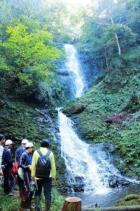 笠取の滝の眺めを楽しむ児童ら