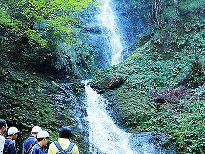 笠取の滝 眺めすっきり 上市・釈泉寺、白萩西部自治振興会が遊歩道・看板を整備