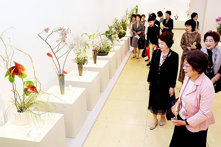 県内の各流派が秋の風情あふれる作品を出品した県華道展=富山大和