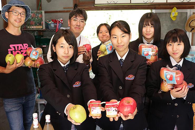 加積りんごを使った「りんごバター」を紹介する部員らと富居さん(左奥)