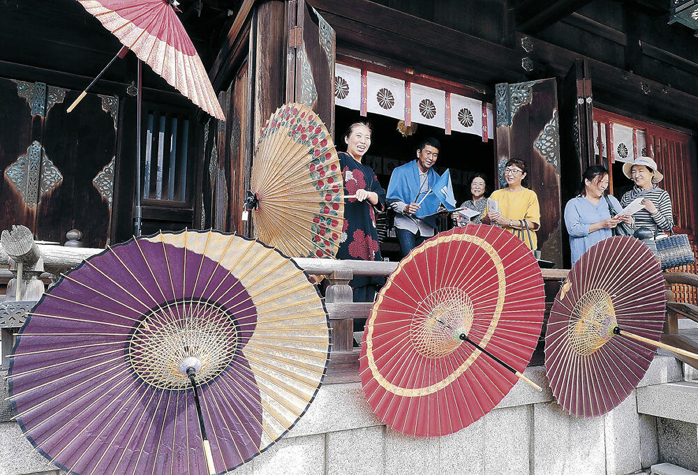 華やかな金沢和傘が飾られた会場=下新町の久保市乙剣宮