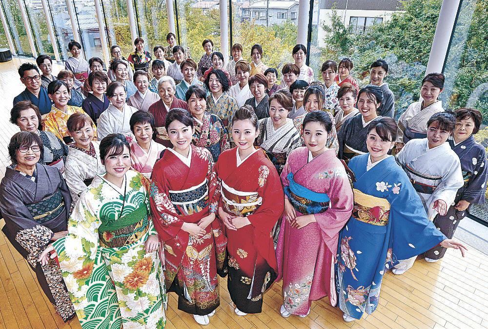 あでやかな着物姿で記念撮影する参加者=北國新聞赤羽ホール