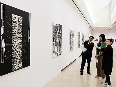 黒部川開発主題に新作 黒部市美術館、風間さん木版画展