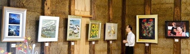 油彩や写真など個性豊かな作品が並ぶ「森林の水のなかまたち展」=10月12日、福井県小浜市鹿島の蔵夢