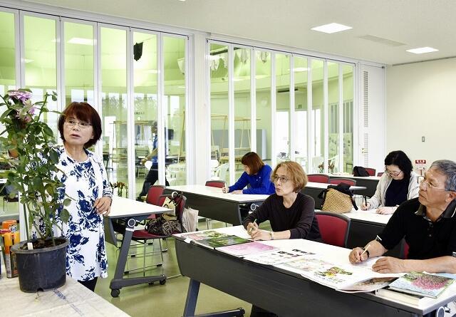 バラの手入れ方法などを伝えた園芸講座=10月12日、福井県坂井市ゆりの里公園