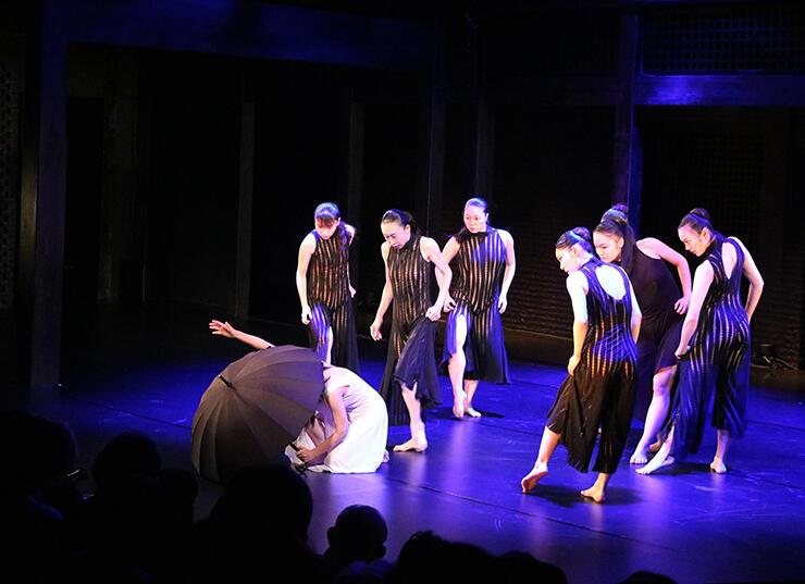 しなやかな動きを見せる可西舞踊研究所