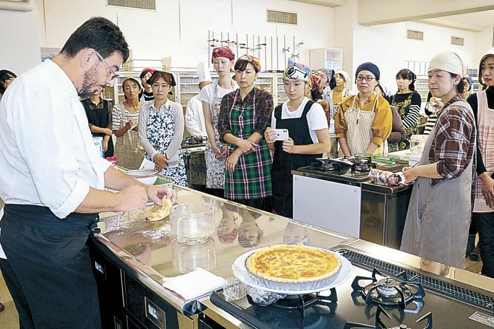 参加者に郷土料理を紹介する姉妹都市のシェフ=金沢学院大
