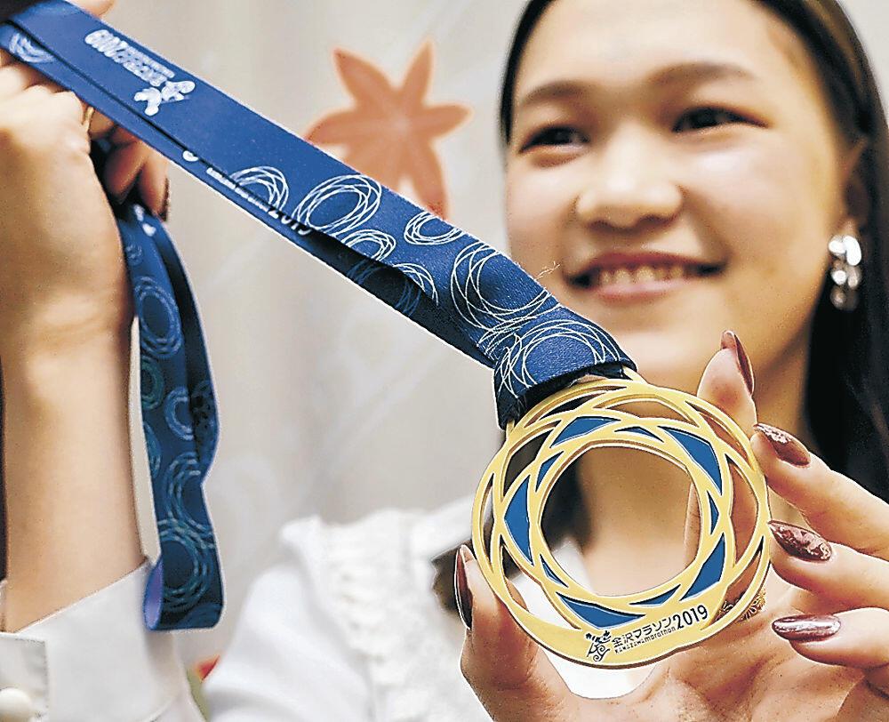 藤島さんがデザインした完走メダル=金沢市役所