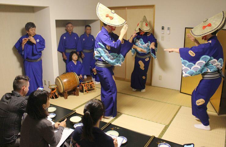 「ようま芸能絵巻」のリハーサルをする民謡団体=佐渡市相川羽田町