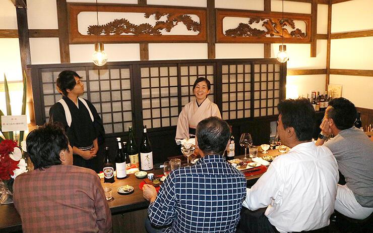 日本酒バーは内装に欄間を使い、落ち着いた雰囲気を醸し出す。中央は池森さん