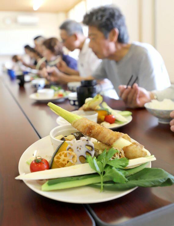 鈴木将シェフが腕を振るったマコモダケの料理=胎内市