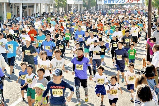 3年前に開かれた前回の敦賀マラソンのスタート風景=2016年10月16日、福井県敦賀市相生町